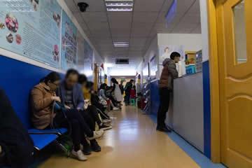诊室外等候义诊的患者